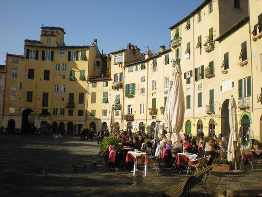 lucca-in-un-giorno-piazza-anfiteatro